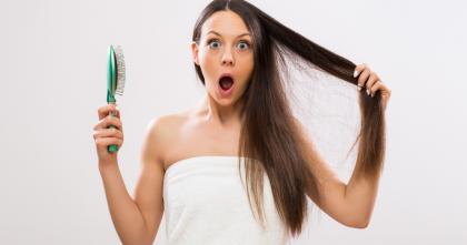 ragazza con spazzola triste per la caduta dei capelli