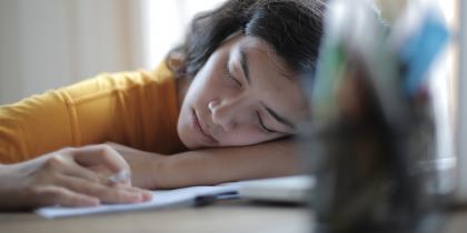 ragazza che dorme sui libro